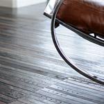 Čo so starými koženými opaskami? Urobte si z nich dizajnovú podlahu!