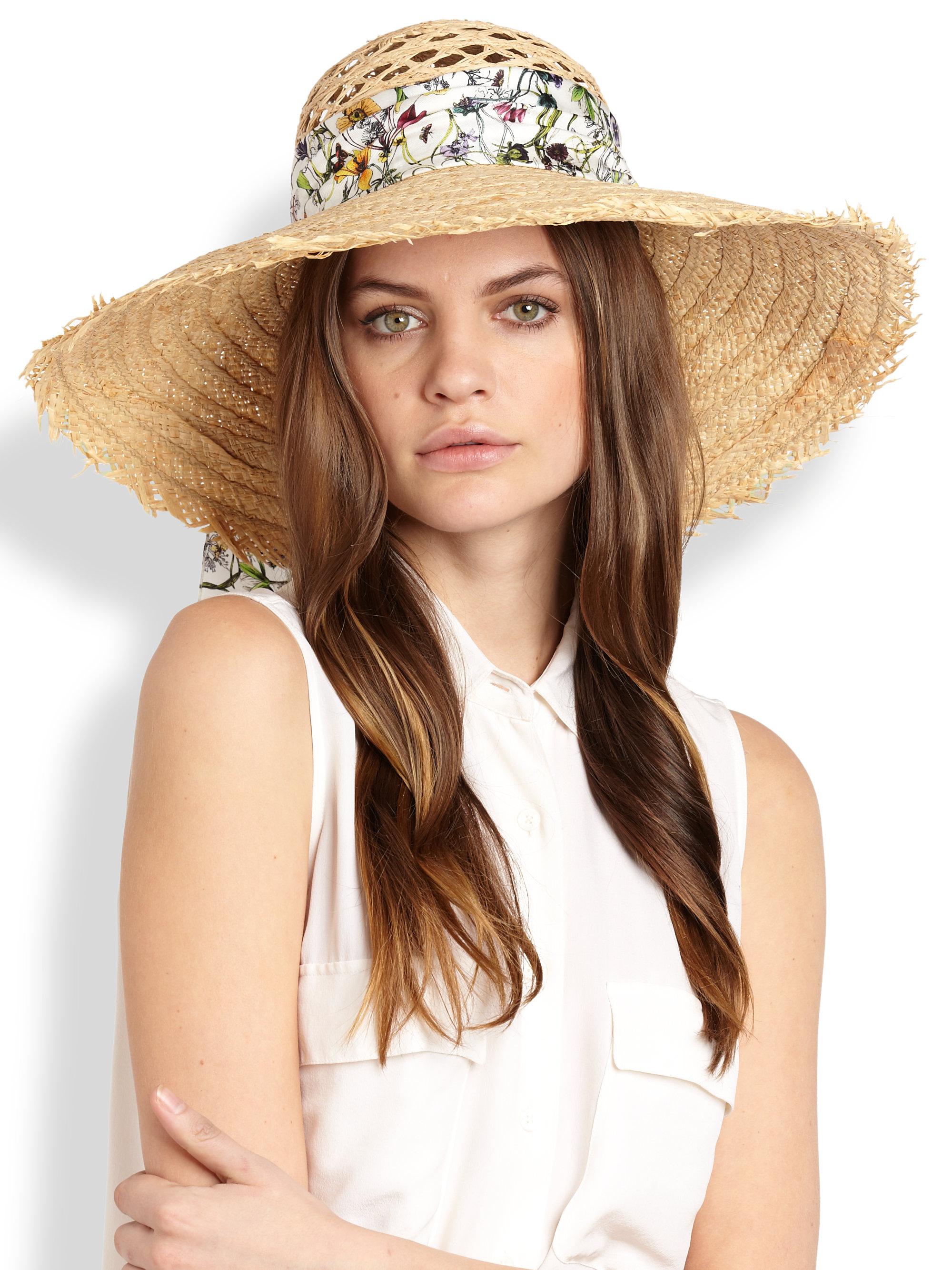Žena so slameným klobúkom na hlave
