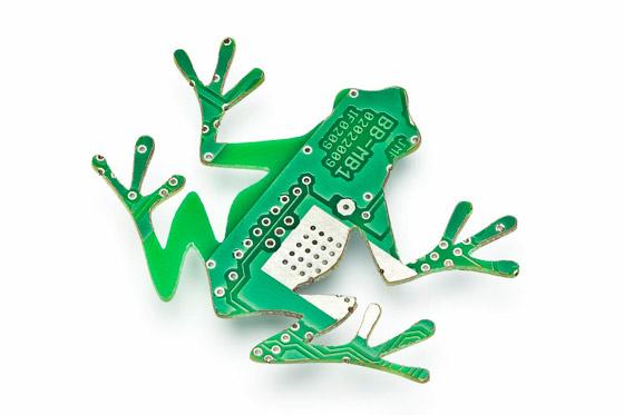 Zrecyklovaná ozdoba v tvare žaby.