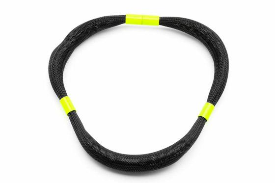 Čierny náhrdelník so žltými detailami.