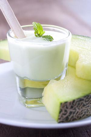 Melón s bielym jogurtom v pohári