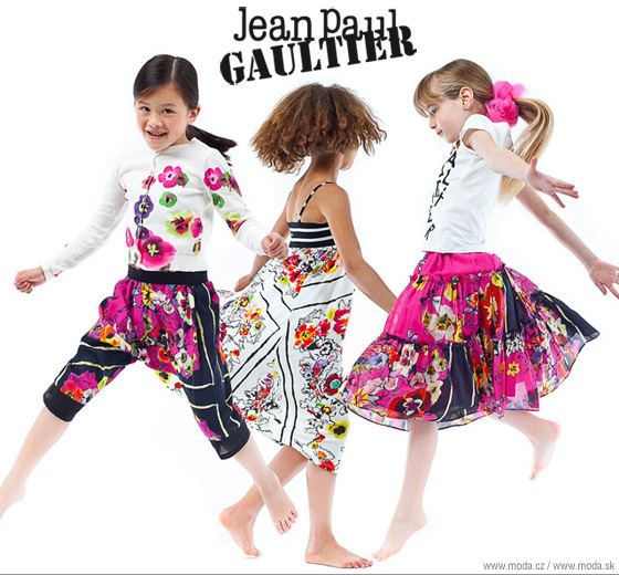 Oblečenie pre deti z kolekcie Jean Paul Gaultier v pestrých farbách a vzoroch