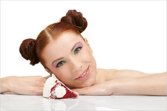 Ženská tvár s kúskom torty
