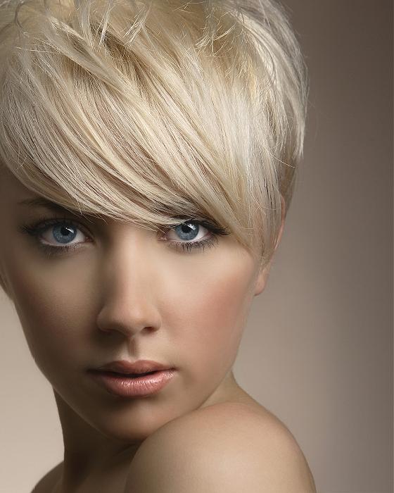 Sexy blondína s pixie strihom