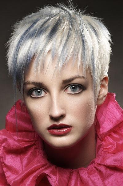 Modelka s blond vlasmi a modrým melírom