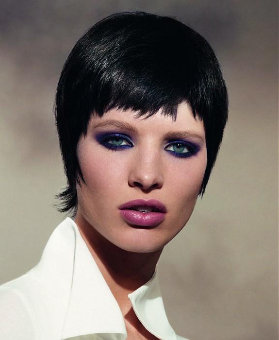 Žena s čiernymi vlasmi ostrihanými