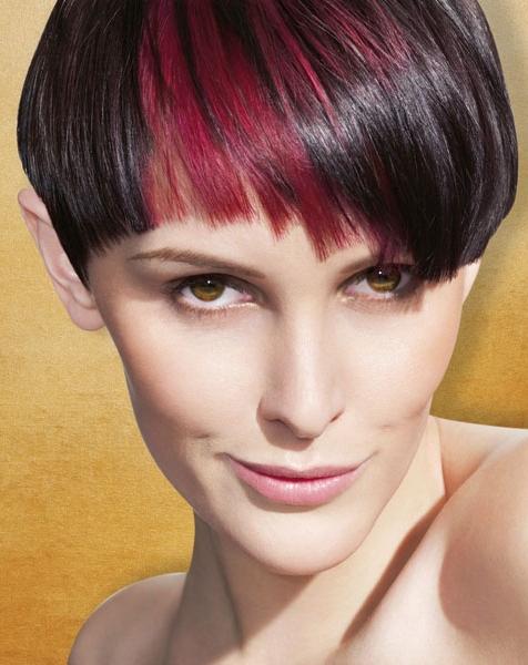 Pixie na čiernych vlasoch s červeným melírom