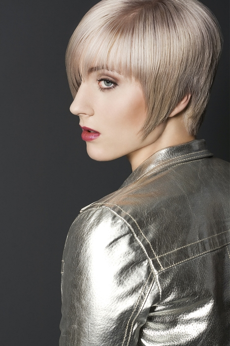 Dlhší blond pixie strih