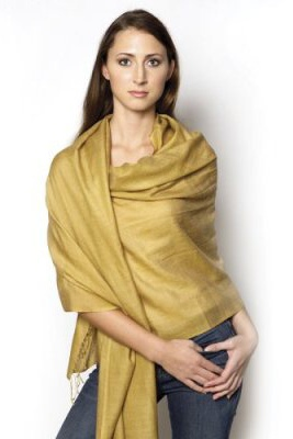 Žena so zlatým širokým šálom
