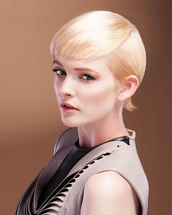 Elegantný pixie strih na blond vlasoch