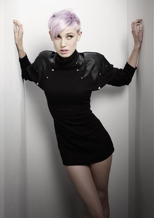 Pixie strih na bielo-fialových vlasoch