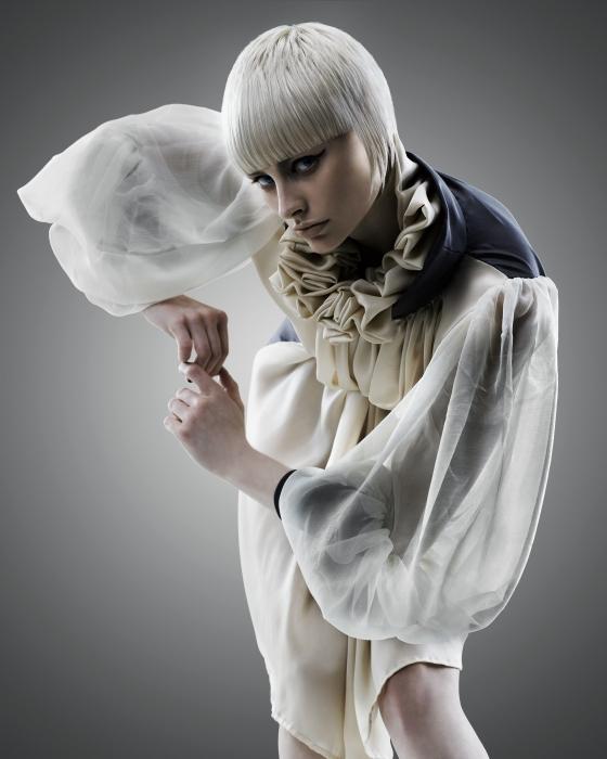Blond modelka s pixie strihom