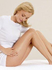 Blondína hladiaca si nohy