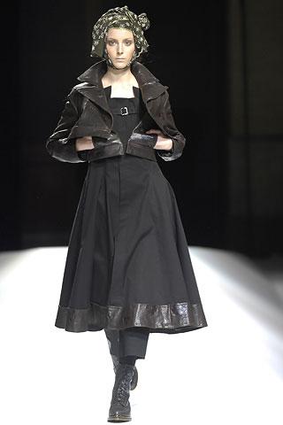 Modelka so šatkou uviazanou okolo hlavy