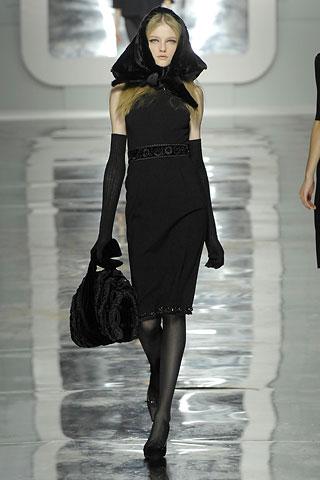 Modelka s kožušinovou šatkou okolo hlavy