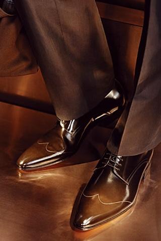 zaväzovaním na tenké šnúrky tak charakteristické pre tento typ obuvi (muži  sa sťažujú 78a331c305
