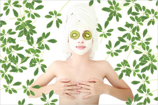 Relaxujúca žena s bielou maskou na tvári