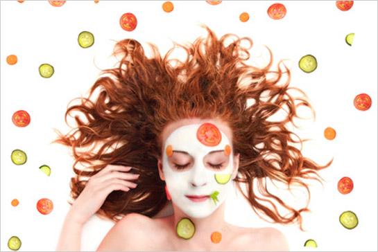 Žena so zeleninou maskou na tvári