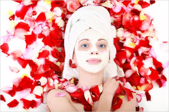 Žena s ružovou maskou na tvári