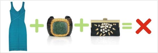 Nesprávna kombinácia tyrkysových šiat, zeleného prsteňa a čiernej kabelky