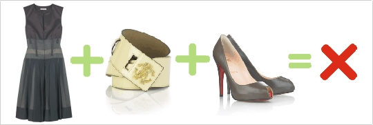 Nesprávna kombinácia sivých šiat, béžového opasku a sivých topánok