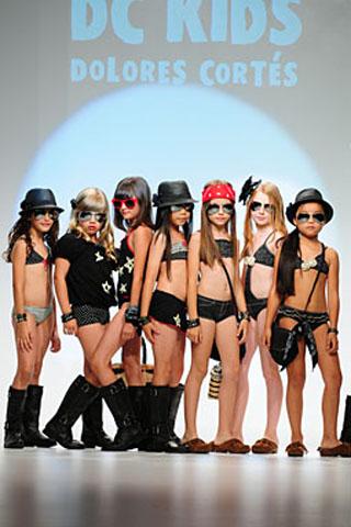 Dievčenské modelky v plavkách na móle