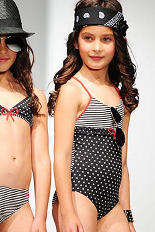 Čierne jednodielne dievčenské plavky s bielymi bodkami a pásikmi