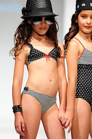 Čierne dvojdielne dievčenské plavky s bodkami a prúžkami