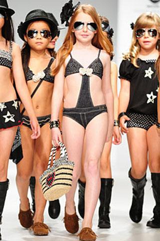 Dievčenské modelky v plavkách