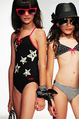 Čierne jednodielne dievčenské plavky s bielymi hviezdičkami