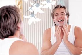 Odraz muža v zrkadle