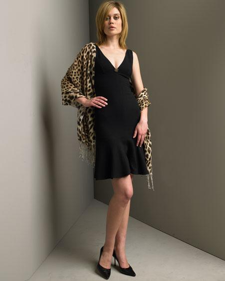 Žena v čiernych koktejlových šatoch so vzorovanou šatkou