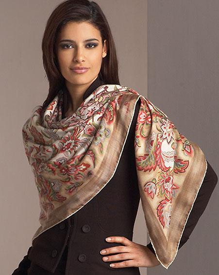 Elegantné žena so šatkou okolo ramien