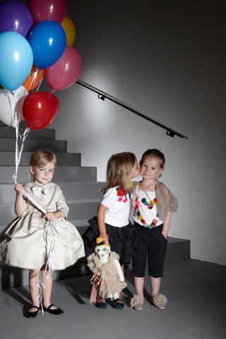 685fe78ac180 Luxusná francúzska módna značka Lanvin vytvorila vo svojej hlavnej línii  novo tiež rad oblečenia určený tým najmenším