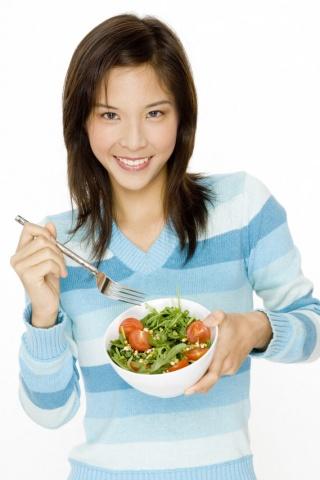 Žena so zeleninovým šalátom