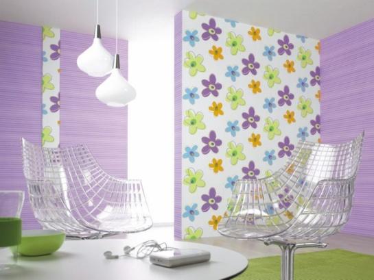 Miestnosť s fialovo kvetinovými tapetami