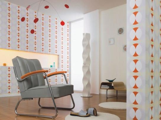 Ukážka miestnosti s retro oranžovo sivými vzorovanými tapetami
