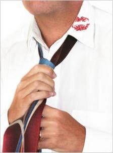Muž v bielej košeli s fľakom od rúžu na golieri