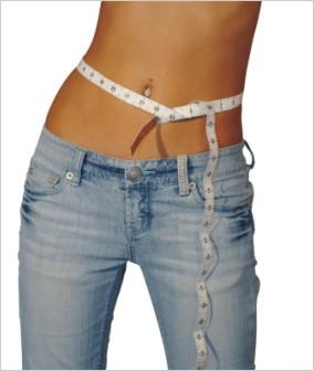 Žena v džínsoch v krajčírskym metrom okolo pásu