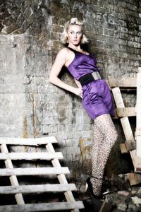 Modelka vo fialovom kraťasovom overale