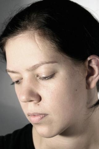 Žena s jazvou na čele