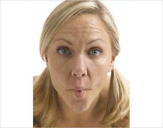 Ženská tvár s našpúlenými ústami