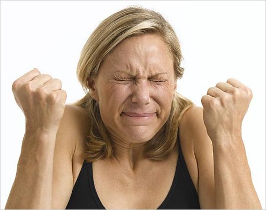 Hnevajúca sa ženská tvár
