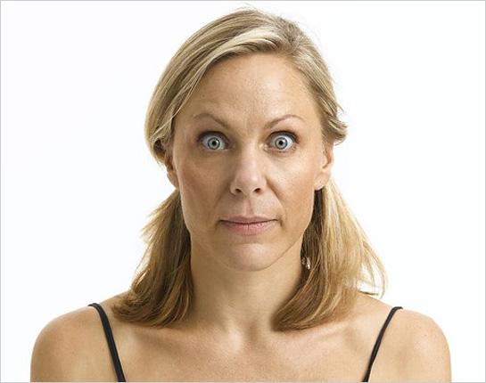 Ženská tvár s vypúlenými očami