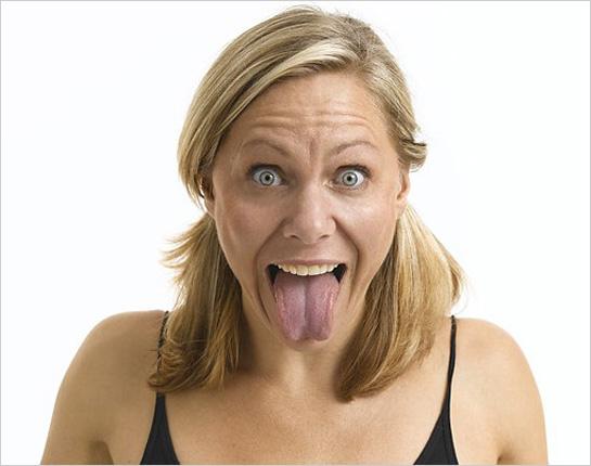 Ženská tvár s vyplazeným jazykom