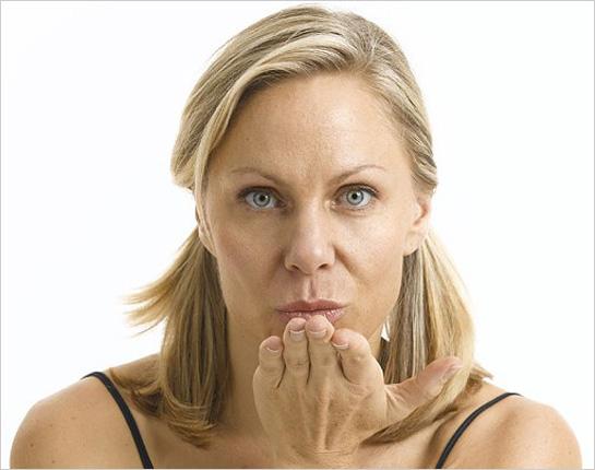 Ženská tvár posielajúca bozk
