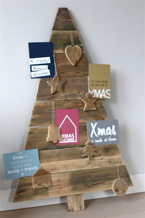 Vianočný stromček vyrobený zo starého dreva