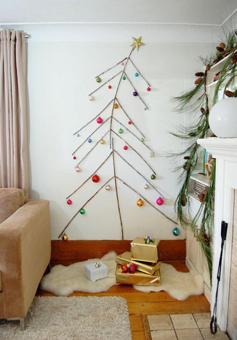 Jednoduchý vianočný stromček nalepený na stene
