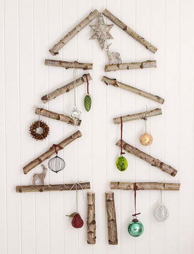 Vianočný stromček z malých drievok na stene