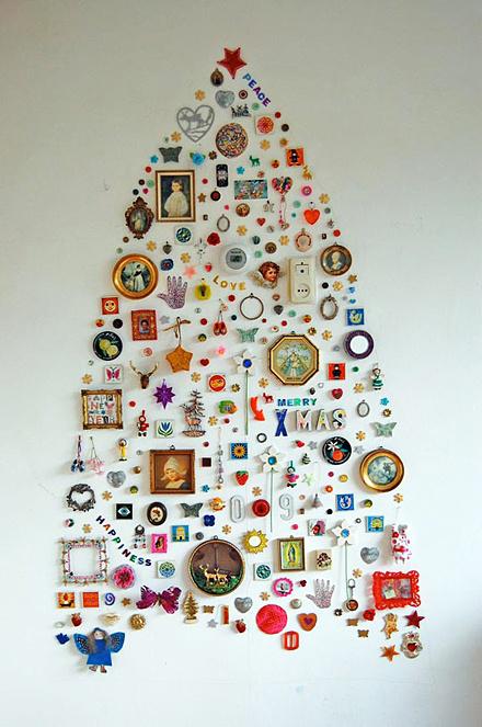 Farebný vianočný stromček nalepený na stene